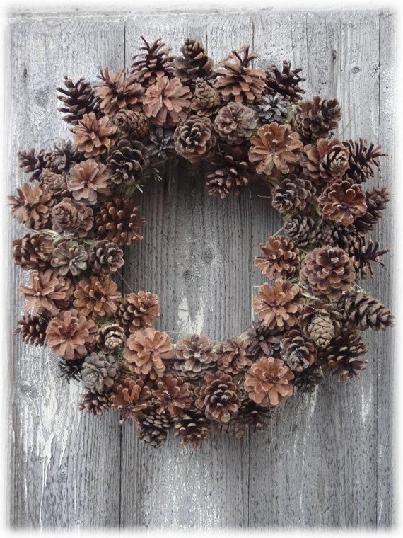 Ghirlanda natalizia fai da te decorare la porta con - Pigne decorate natalizie ...